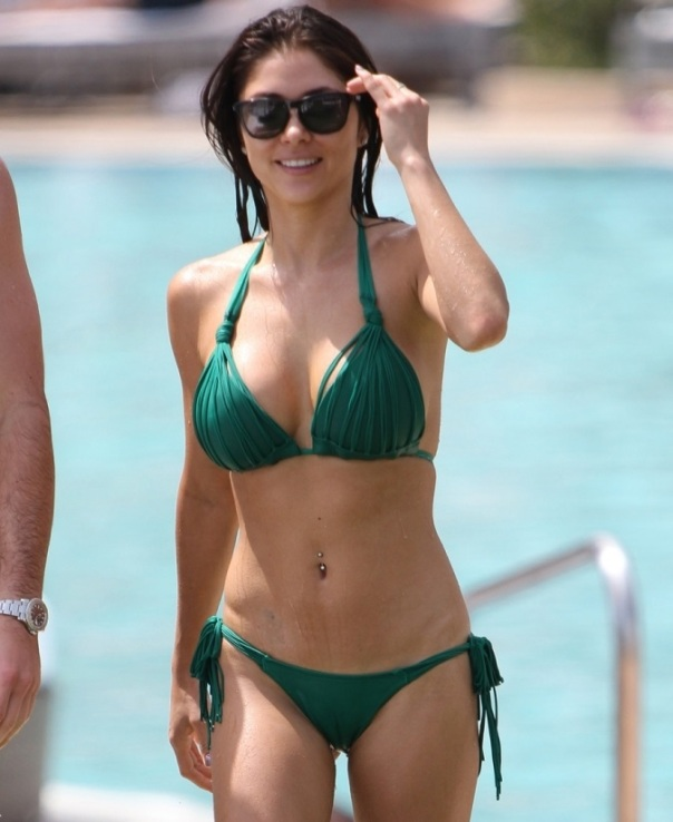 Arianny-Celeste-in-a-Green-Bikini-Poolside-in-Miami-02-675x900
